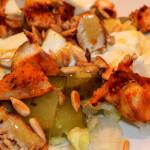 Sałatka z mozzarellą, kurczakiem i ogórkiem kiszonym (4)
