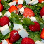 Sałatka z mozzarellą i truskawkami (1)