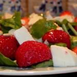 Sałatka z mozzarellą i truskawkami (4)