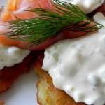Placki ziemniaczane z łososiem i sosem tatarskim (2)